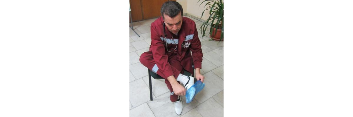 В Москве сотрудников скорой помощи обязали надевать бахилы на вызовах